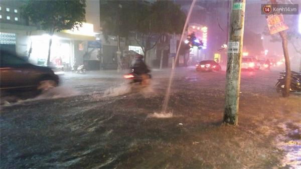 Đường Điện Biên Phủ ngập lênh láng. Ảnh: Lê Giang