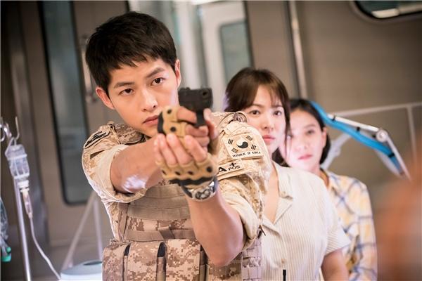"""Đây là một trong những phân cảnh khiến khán giả """"thót tim"""" của Descendants of the Sun khi Yoo Shi Jin bảo vệ cho Kang Mo Yeon cứu người."""