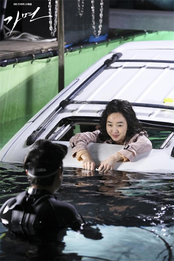 Cảnh quay này được thực hiện tại một hồ bơi cực lớn và nữ diễn viên xinh đẹp phải ngâm mình hàng giờ đồng hồ để ghi hình cảnh thoát khỏi xe và ngất xỉu dưới nước.