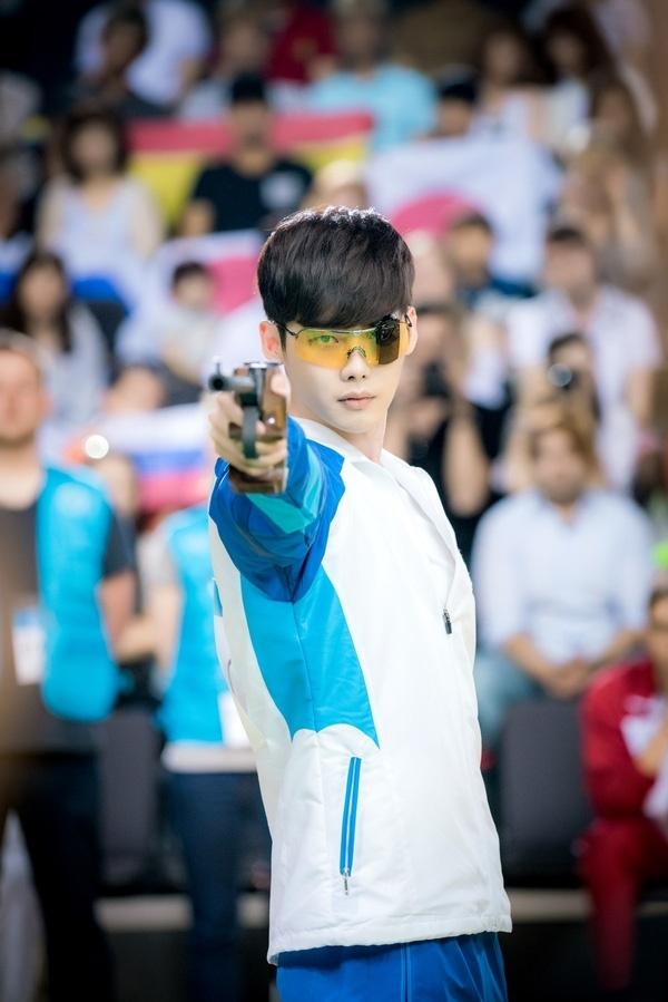 W – Two Worlds được mở màn với cảnh quay hồi hộp khi Kang Chul tham gia Olympic và đứng trước thềm giành huy chương vàng.