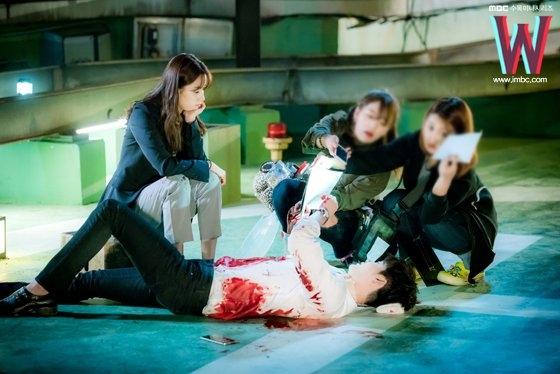 """Trái với không khí """"nghẹt thở"""" trên phim, Lee Jong Suk và Han Hyo Joo lại cực kì thoải mái. Nữ diễn viên không ngừng trêu đùa trong khi bạn diễn thoải mái vừa nằm vừa đọc lại kịch bản."""