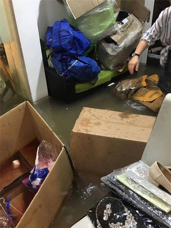 Mực nước đã ngập lên tới đầu gối khiến một số đồ đạc của anh ngập trong nước - Tin sao Viet - Tin tuc sao Viet - Scandal sao Viet - Tin tuc cua Sao - Tin cua Sao