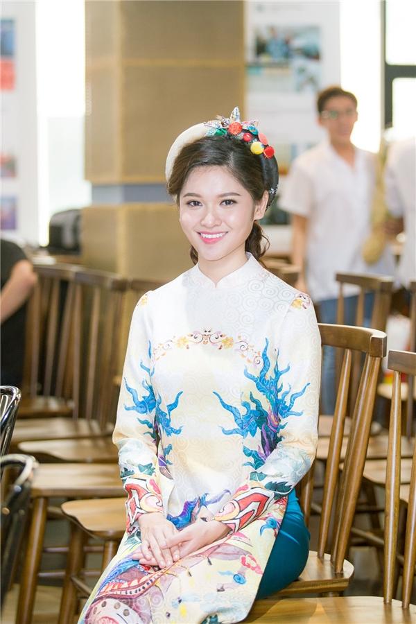 Đến buổi gala, Thùy Dung diện một thiết kế mang đậm nét truyền thống của nhà thiết kế Thủy Nguyễn.Chiếc áo dài khăn đống với họa tiết nụ tầm xuân hoàn toàn phù hợp với vẻ đẹp nhẹ nhàng, chân phương của Á hậu. Từ khi đăng quang, Thùy Dung hướng đến hình ảnh một người đẹp trẻ trung, hiện đại nhưng vẫn giữ được nét duyên của phụ nữ Việt Nam.