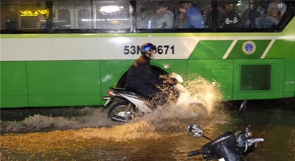 Tại một số nơi, xe buýt cũng bị kẹt và không thể di chuyển do nước ngập sâu. Ảnh: Ninh Doãn Hiếu