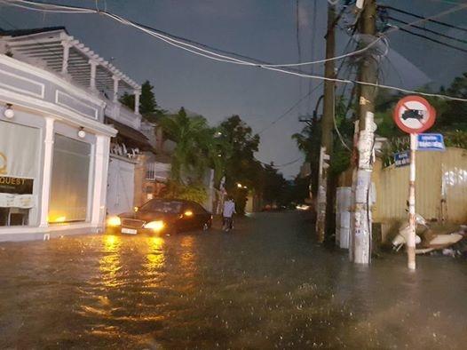 Tại Thảo Điền, nước ngập ngang cửa nhà. Ảnh: Nguyễn Phan Yến Phi