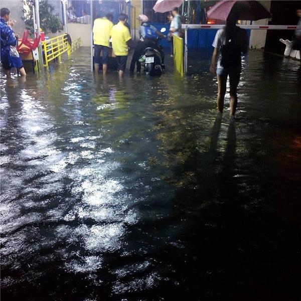 Học sinh cũng phải cố thủ trong trường vìnước lụt cả trong lẫn ngoài. Cho đếntối muộn,nước rút bớt các em mới có thể về nhà. Ảnh: Cham Hoi