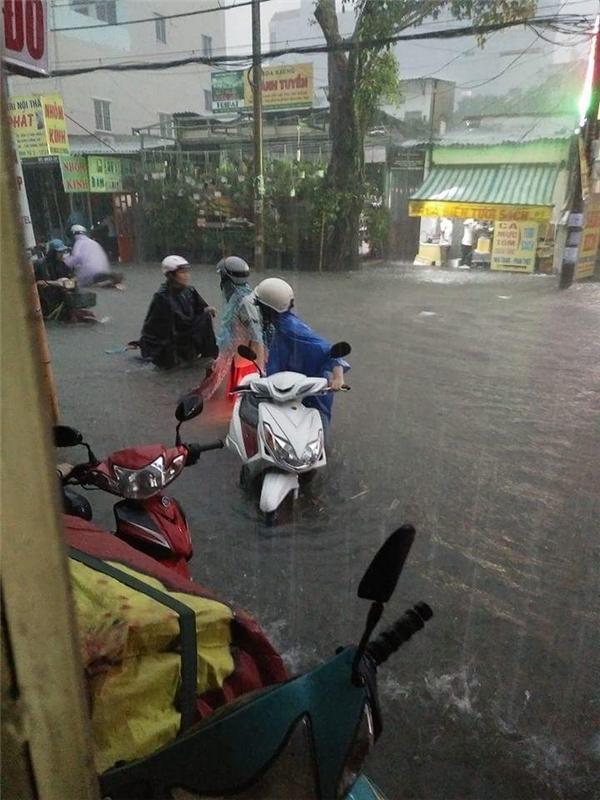 Cơn mưa bắt đầu từ 16h00 chiều với lượng mưa vô cùng lớn. Ảnh: Nguyễn Kay