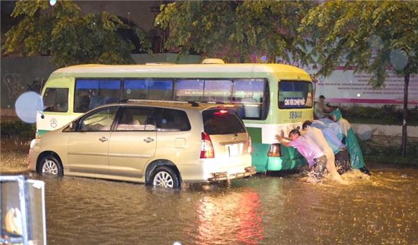 Ô tô chếtmáy không thể di chuyển. Có vẻtrận mưa lịch sử này sẽ làm hư hại rất nhiều phương tiện của người dân. Ảnh: Ninh Doãn Hiếu