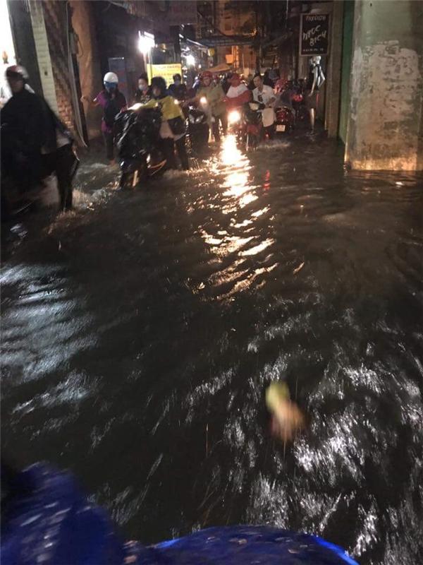 Cận cảnh từng góc phố Sài Gòn lụt trong biển nước sau trận mưa lịch sử