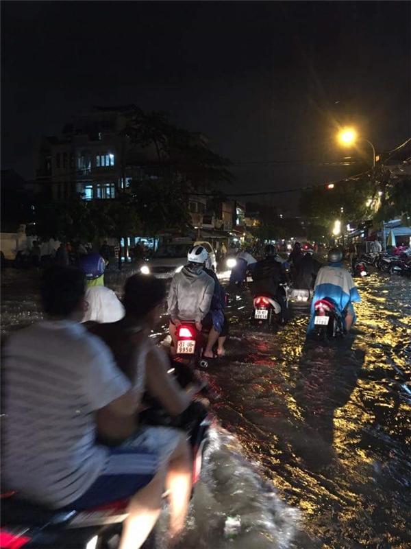 Mọi ngõ ngách, các con phố đều ngập lụt, có nơi cao có nơi thấp, có nơi đến cả mét. Ảnh: Đạt Vũ Nguyễn
