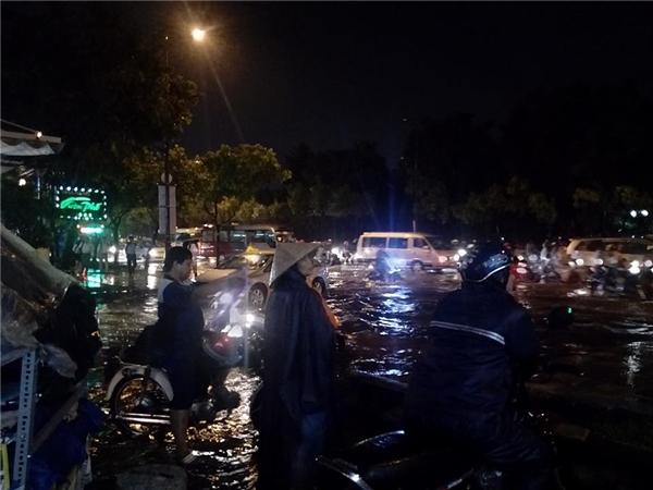 Đầu cầu Tân Bình, rất nhiều người phải đứng lại nhiều giờ đồng hồchờ mưa ngớt, nước rút mới có thể ra về. Ảnh: Đăng Khánh