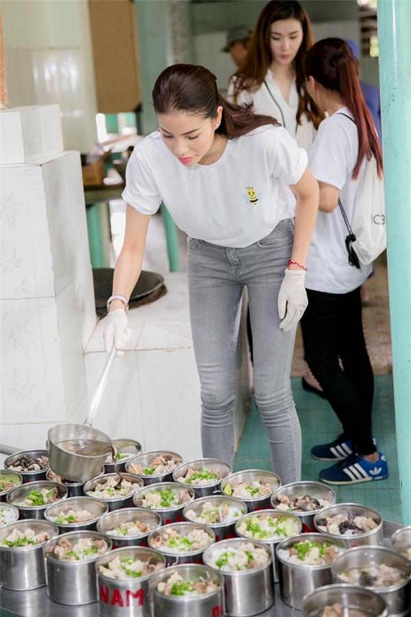 Nàng hoa hậu tự tay xuống bếp chuẩn bị 120 phần bún mọc nhằm giúp các cụ thay đổi khẩu vị bữa ăn hàng ngày. - Tin sao Viet - Tin tuc sao Viet - Scandal sao Viet - Tin tuc cua Sao - Tin cua Sao