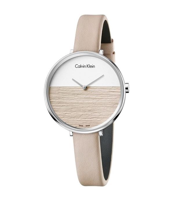 Sản phẩmCkK7A231XH có mức giá chỉ 5.830.000 đồng, được thiết kế thời trang với màu hồng dâu và mặt số cách điệu.