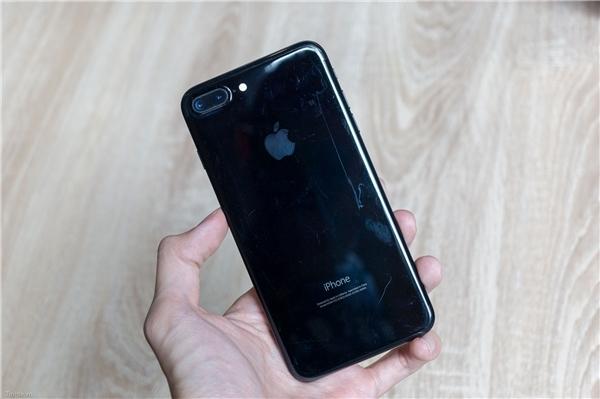 iPhone 7 Plus màu Jet Black rất dễ bị trầy xước. (Ảnh: internet)