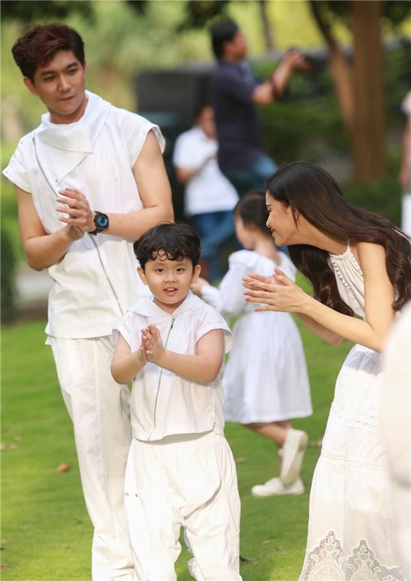 Trước đó, Tim và Trương Quỳnh Anh quyết định đến trước thời điểm chương trình diễn ra gần 2 giờ để con mình có dịp được làm quen sân khấu và các mẫu nhí tham gia biểu diễn.
