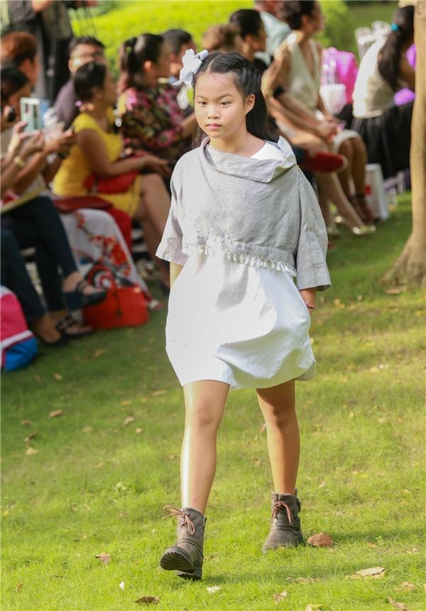 """Gia đình Tim, Trương Quỳnh Anh làm """"náo loạn"""" show thời trang"""