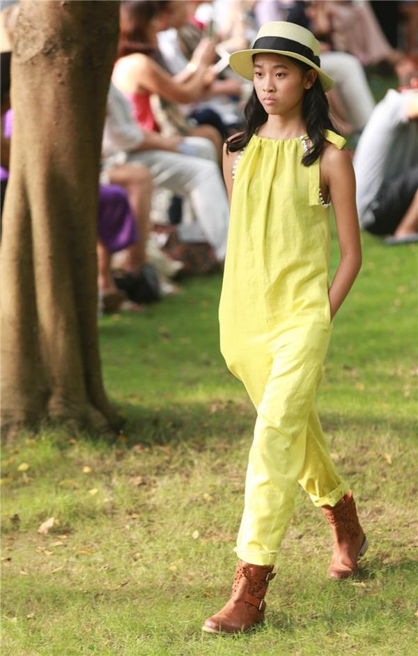 Nếu phần đầu với 40 thiết kế thể hiện tính cách đa dạng của các bé như năng động, cá tính thông qua việc phối hợp nhiều màu sắc và chất liệu thì ở loạt trang phục thứ hai, 50 thiết kế được trình làng trên tông trắng chủ đạo.