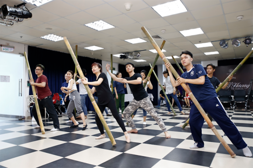 Các bạn sinh viên Nhạc Viện đang luyện tập 1 phân đoạn múa.