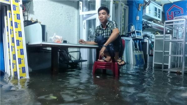 Khách ngồi ăn tại một cửa hàng trên phố Đinh Bộ Lĩnh. Ảnh: Cương Trần