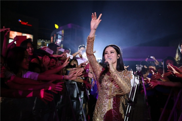 Đông Nhi hoà mình vào khán giả, cùng nhau tận hưởng khoảnh khắc thăng hoa trong âm nhạc. - Tin sao Viet - Tin tuc sao Viet - Scandal sao Viet - Tin tuc cua Sao - Tin cua Sao
