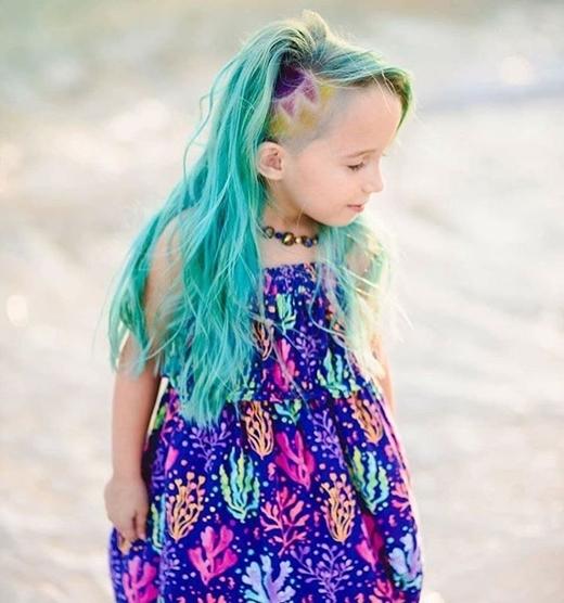 """Kiểu tóc nàng tiên cá của cô bé khiến ai cũng """"sốt rần rần""""."""
