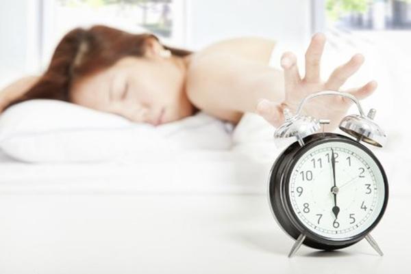 """Ngủ sớm hơn vào đêm hôm trướcnên đồng hồ sinh học của phụ nữ cũng """"rung chuông"""" sớm hơn vào sáng hôm sau."""