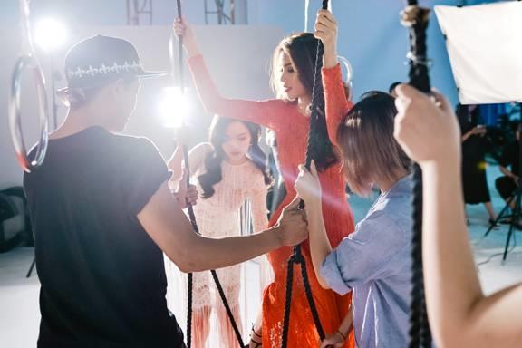 Các thành viên và ekip hỗ trợ Phạm Hương để có bố cục tấm ảnh đẹp nhất. - Tin sao Viet - Tin tuc sao Viet - Scandal sao Viet - Tin tuc cua Sao - Tin cua Sao