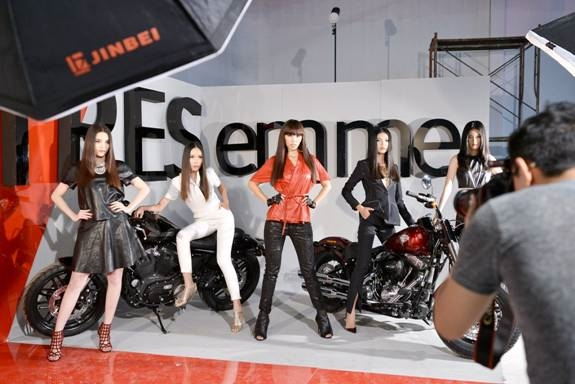 Team Hà Anh với concept Biker Chic mạnh mẽ và cá tính như chính mái tóc của các thành viên trong đội. - Tin sao Viet - Tin tuc sao Viet - Scandal sao Viet - Tin tuc cua Sao - Tin cua Sao