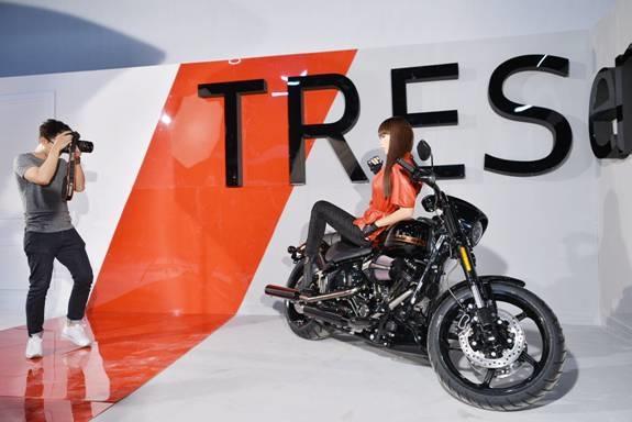 Chiếc xe Harley Davidson có giá trị 1,5 tỷ đồng được chuẩn bị cho concept của siêu mẫu. - Tin sao Viet - Tin tuc sao Viet - Scandal sao Viet - Tin tuc cua Sao - Tin cua Sao