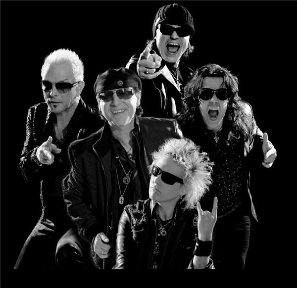 """Trên các diễn đàn về rock cũng như những trang mạng xã hội, các nhóm, cộng đồng yêu nhạc, các fan của Scorpions đang """"hối thúc"""" nhau mua những tấm vé vàng để vào cửa MMF ngày 23/10."""