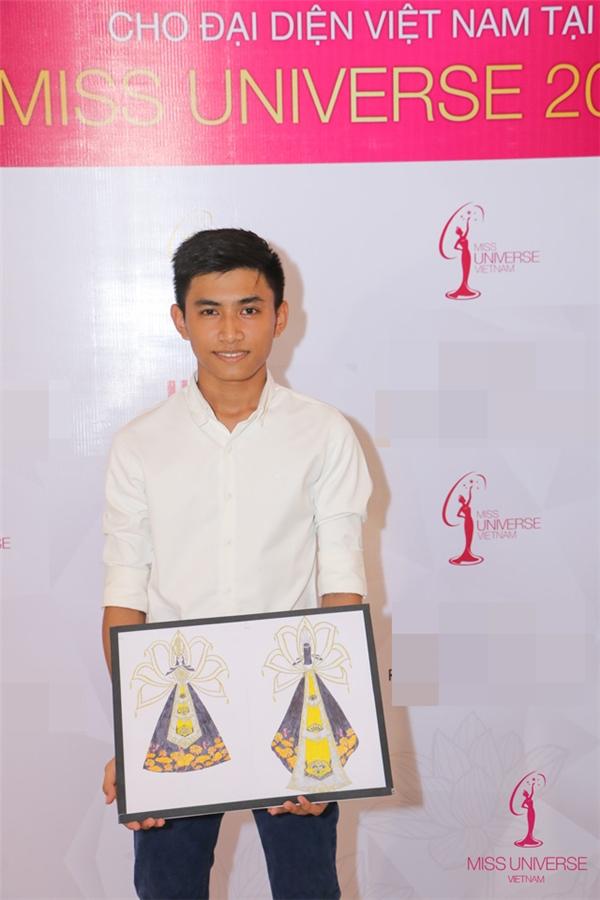 Bài dự thi QP01 - Thạch Thành Đạt đến từ Sóc Trăng là thí sinh nhỏ tuổi nhất (17 tuổi) lọt vào top 10 với ý tưởng từ hình ảnh Mẹ Âu Cơ.