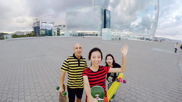 """Hyo Joo thường xuyênđi du lịch khắp thế giớicùng chiếc ván trượt của mình, tại mỗi nơi đặt chạn đến cô thườnggiao lưu với các""""skater bản địa"""" và tự tin """"khoe"""" tài trượt ván xuất thần của mình."""