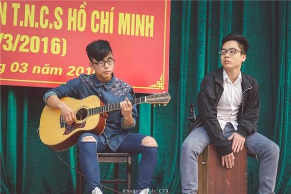 Giống như anh trai,Việt Hoàng có khả năng thể thao, âm nhạc và chơi guitar rất giỏi. - Tin sao Viet - Tin tuc sao Viet - Scandal sao Viet - Tin tuc cua Sao - Tin cua Sao