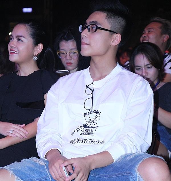 Việt Hoàng gây chú ý khi ngồi cạnh nữ ca sĩ Phạm Quỳnh Anh trong một sự kiện có anh trai Sơn Tùng biểu diễn. - Tin sao Viet - Tin tuc sao Viet - Scandal sao Viet - Tin tuc cua Sao - Tin cua Sao