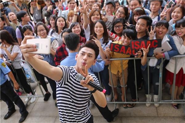 Isaac khiến fans thích thú khi vừa hát vừa tranh thủ selfie một cách rất chuyên nghiệp. - Tin sao Viet - Tin tuc sao Viet - Scandal sao Viet - Tin tuc cua Sao - Tin cua Sao