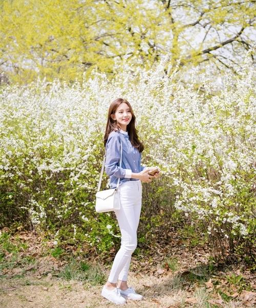 Quần jeans sáng màu tạo nên sự thanh lịch và sành điệu.