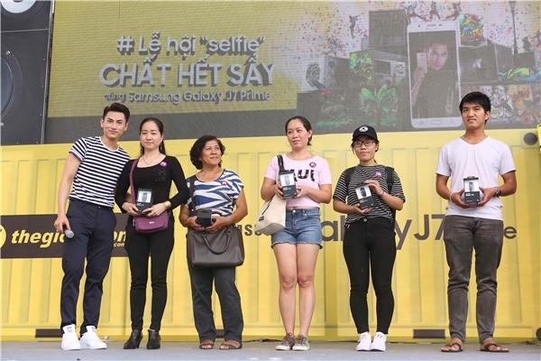 Isaac tận tay trao Galaxy J7 Prime cho những vị khách may mắn đầu tiên sở hữu tại Việt Nam. - Tin sao Viet - Tin tuc sao Viet - Scandal sao Viet - Tin tuc cua Sao - Tin cua Sao
