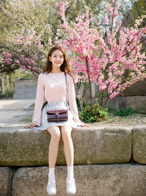 Chân váy hoa sẽ giúp bạn trông vô cùng xinh xắn, nhẹ nhàng.