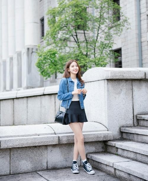 Chân váy màu tối nên được kết hợp với áo có màu sáng.