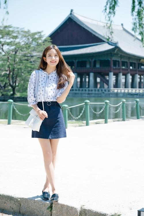Chân váy có màu tối mang đến một phong cách cá tính hơn.
