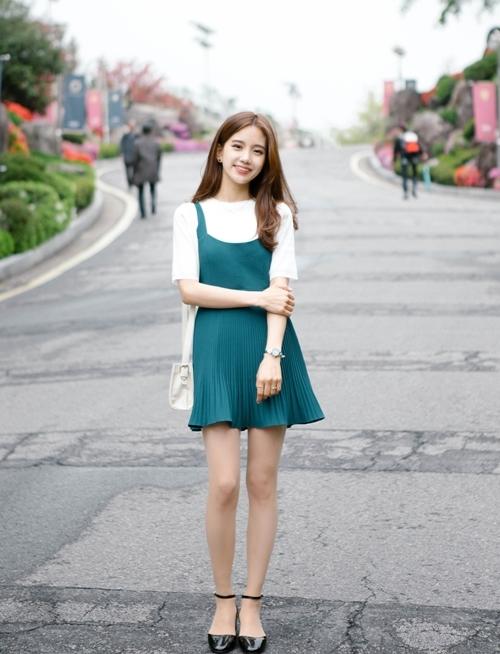 Khi kết hợp áo thun có tay với chiếc váy có màu nổi bật, bạn sẽ biến hóa thành cô nàng trẻ trung, nhí nhảnh.