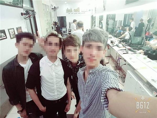 Họ đều là nhân viên của một viện tóc, ở ngoài đời họ có vẻ đẹp rất nam tính