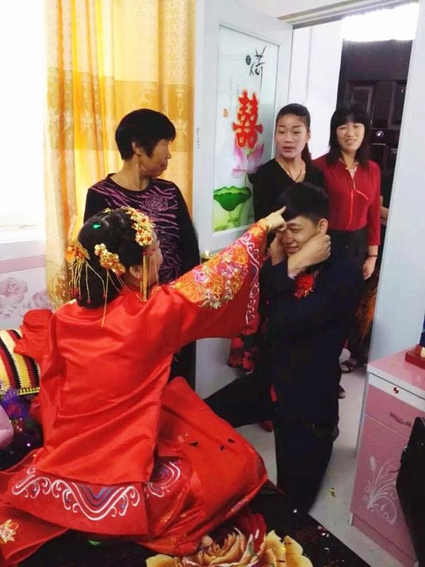 Cô dâu và chú rể hoàn tất các thủ tục của hôn lễ truyền thống vào lúc 8 giờ 40 phút sáng 20/9.