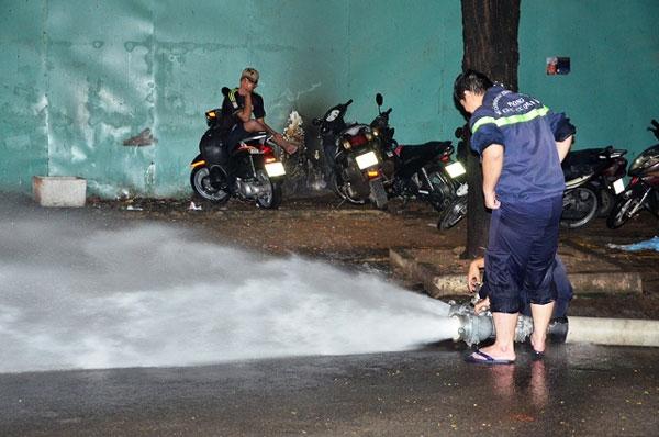 Phải sử dụng máy bơm công suất lớn để hútnước ra ngoài (Ảnh: Vietnamnet)