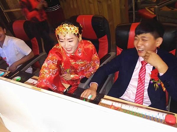 Bên cạnh những chỉ trích vì tính ham chơi của cô dâu chú rể, nhiều người đã dành lời chúc phúc là lời khen về độ đáng yêu củacặp đôi.