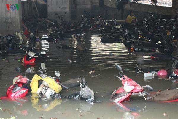 Thê thảm số phận hàng ngàn ô tô xe máy sau trận mưa lịch sử ở TP.HCM