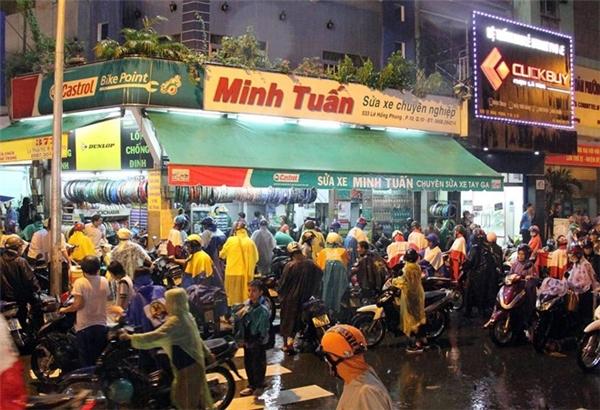 Một tiệm sửa xe trên đường Lê Hồng Phong đông đặc người chờ đợi sửa xe (Ảnh: Zing)