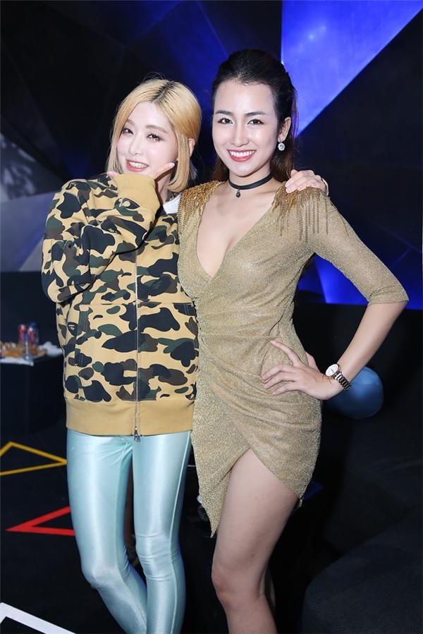 """Trang Moon khoe vẻ gợi cảm """"chết người"""" bên nữ DJ nổi tiếng đến từ xứ Kim Chi - DJ Soda."""