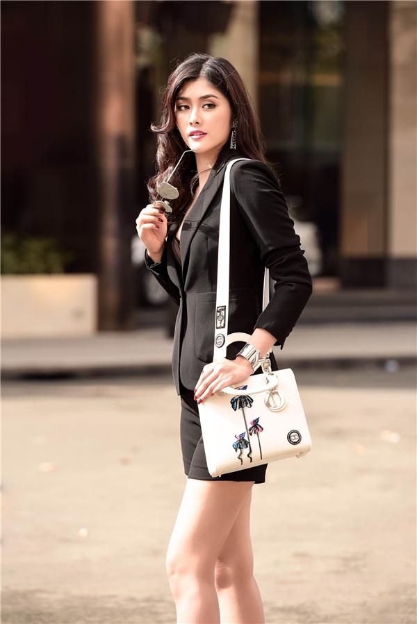 Nữ diễn viên Valentine trắng luôn chọn trang phục thường ngày hợp hoàn cảnh, bắt kịp xu hướng nhưng không quá cầu kì. Có lẽ, đây chính là bí quyết giúp Huỳnh Tiên nổi bật và tỏa sáng mỗi lần xuất hiện trên phố.