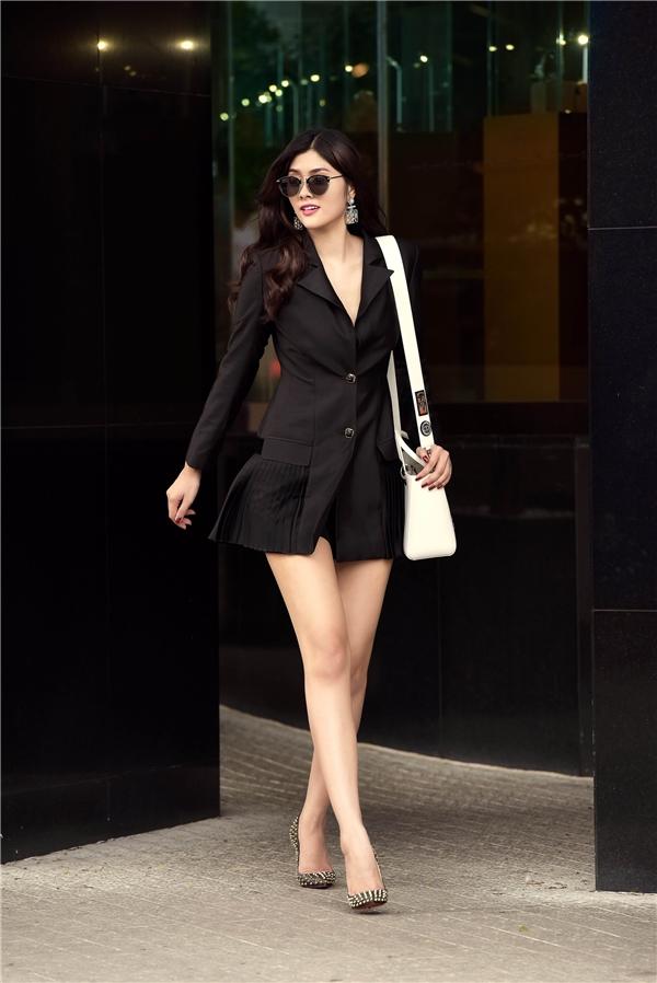 Với chiều cao khủng và số đo chuẩn, Huỳnh Tiên tự tin diện thiết kế vest cách điệu. Bộ trang phục với tông đen cùng phần cổ khoét sâu giúp người đẹp khéo léo phô diễn vẻ gợi cảm.